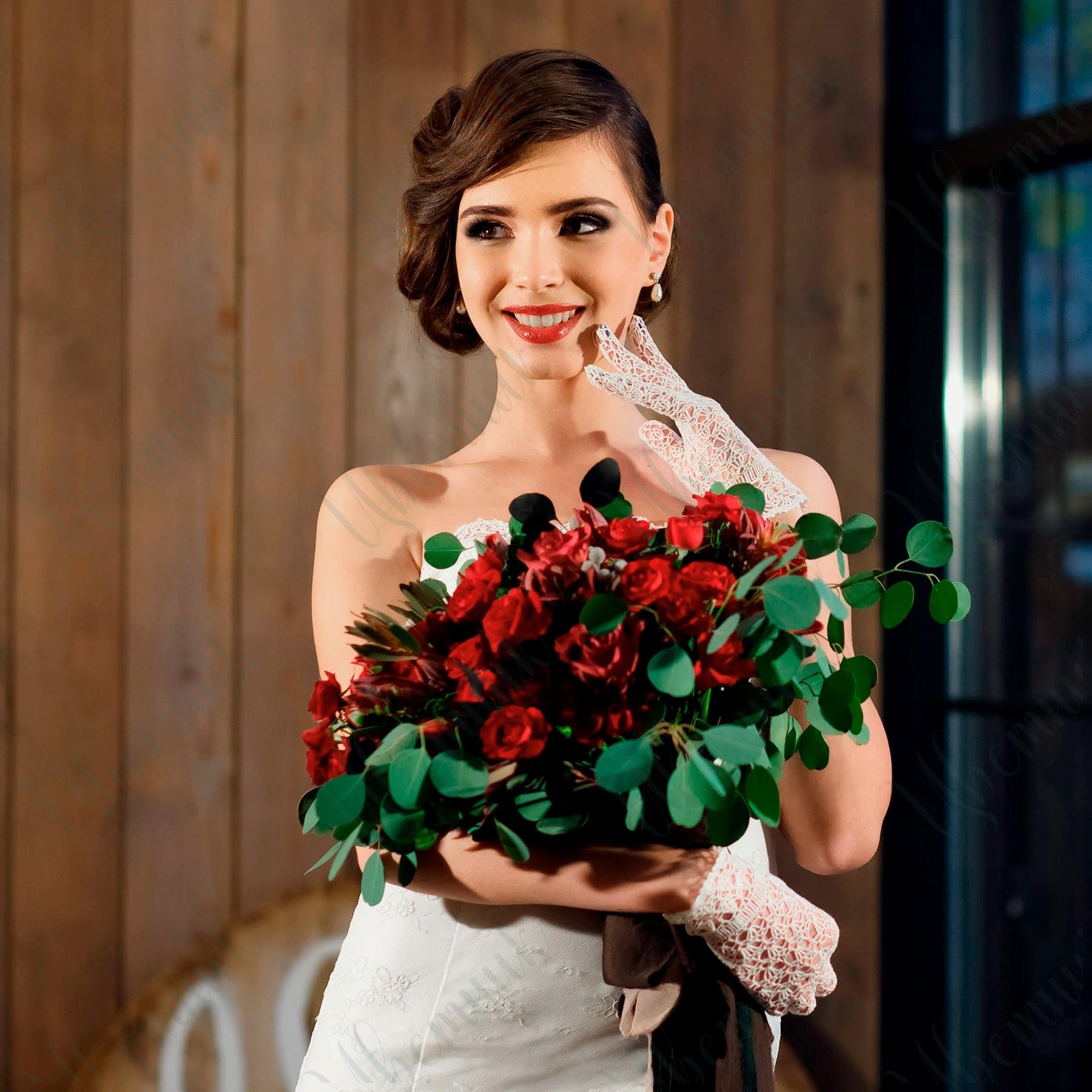 Букет из Красных роз и альстромерий с эвкалиптом