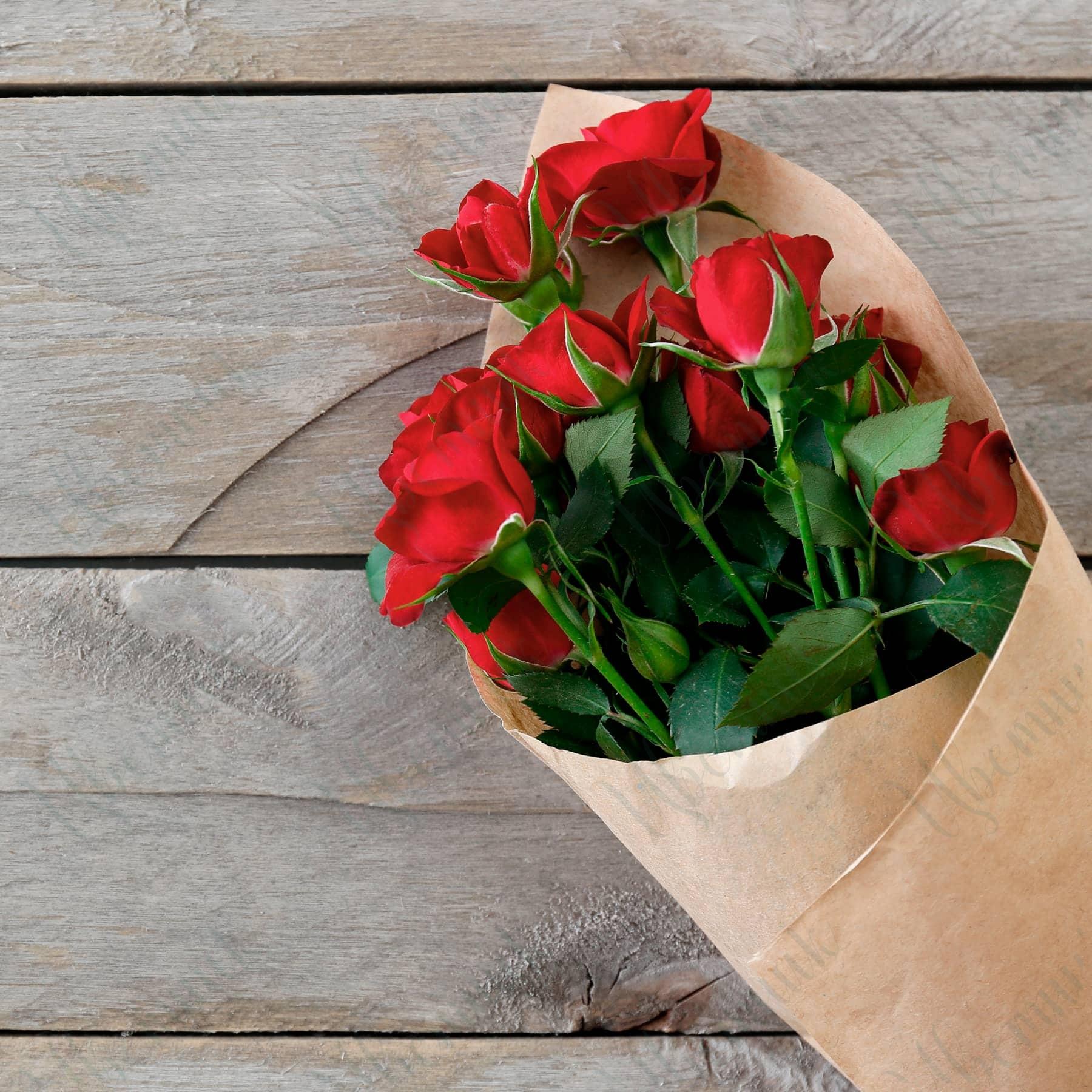 Букет из 3 кустовых красных роз в упаковке из крафта