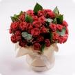 Коробка из 51 алой розы с рускусом и эвкалиптом