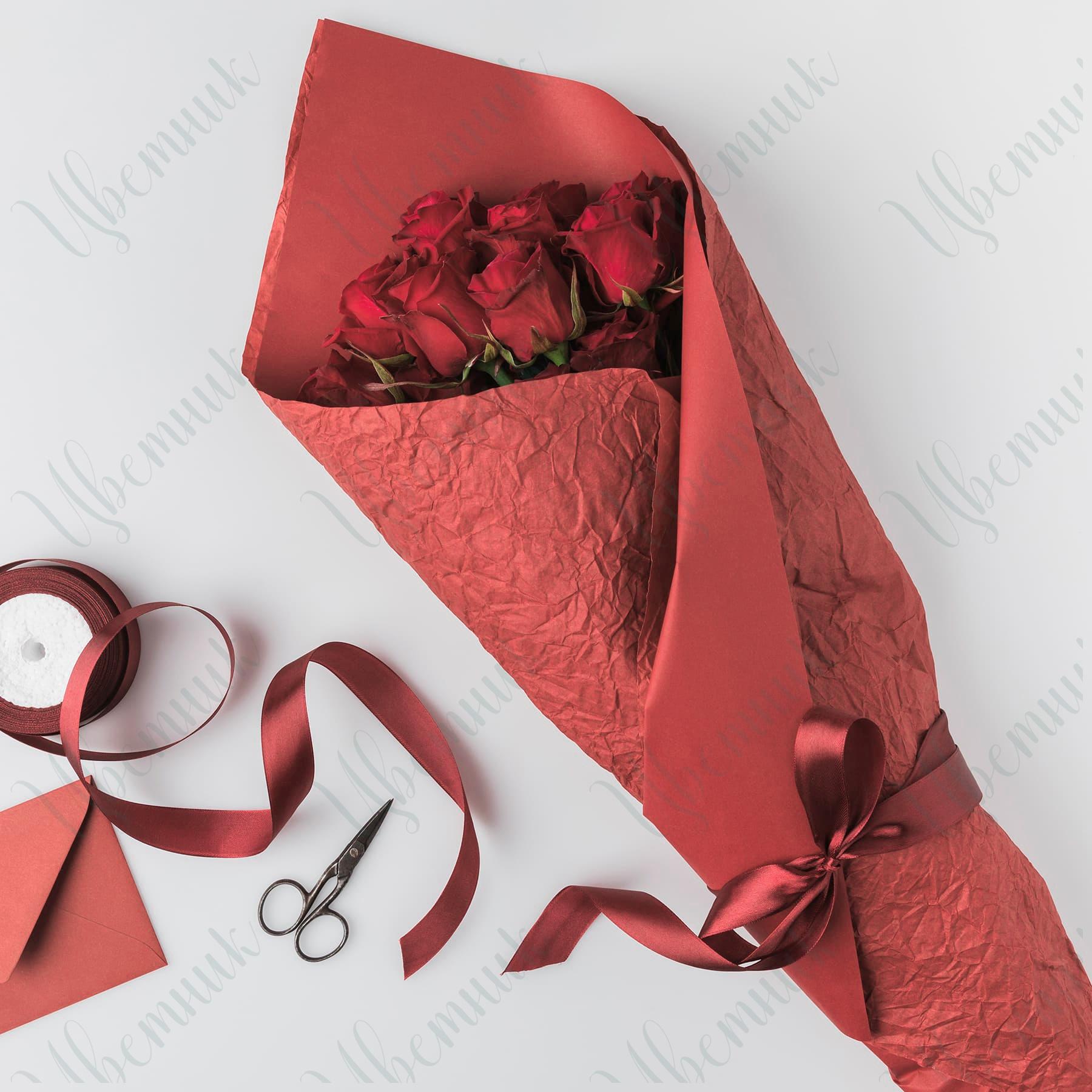 Элегантный букет из 9 красных роз в упаковке из фоамирана