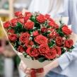 Букет из 25 кустовых красных роз в элегантной упаковке