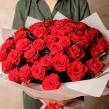 Букет из 51 алой розы в упаковке из кремовой матовой пленки