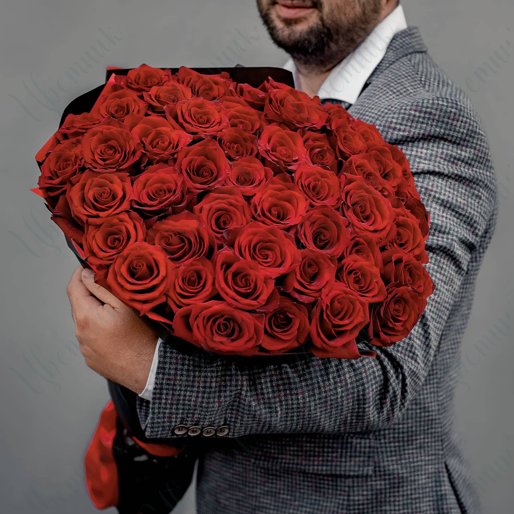 Букет из 51 алой розы в упаковке из черной матовой пленки