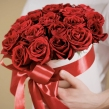 Белая шляпная коробка с красными розами, D 18 см