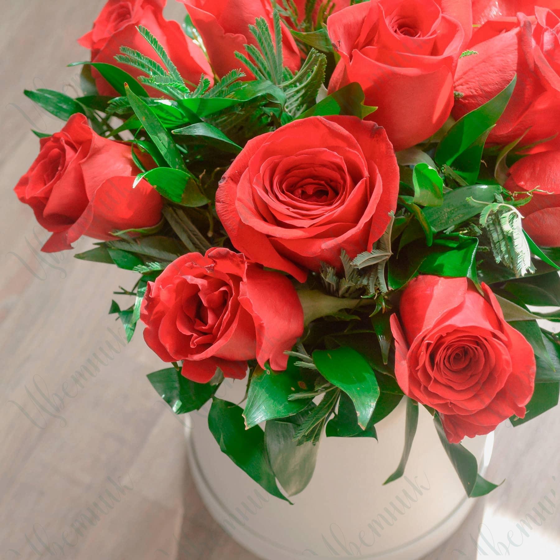 Композиция в коробке из красных роз и зелени