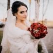 Букет невесты из красных роз и гипсофилы