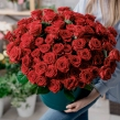 Огромная шляпная коробка из 101 красной розы