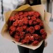 Букет из кустовых алых роз в упаковке из крафта