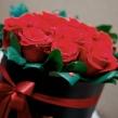 Шляпная коробка с красными розами и зеленью, D 16 см