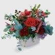Летняя композиция с красными розами, оксипеталумом и зеленью