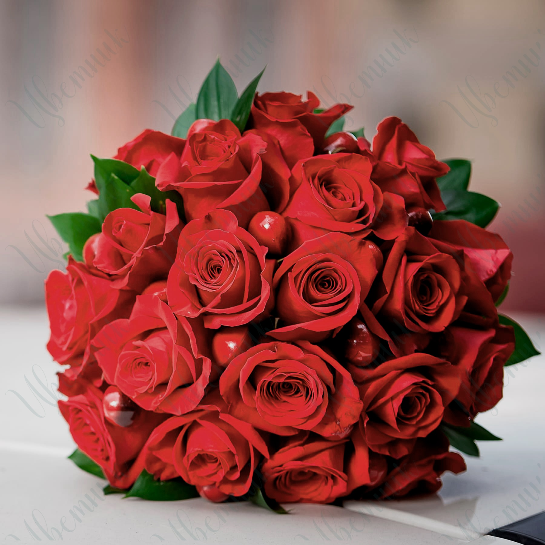 Букет невесты из красных роз и ягод