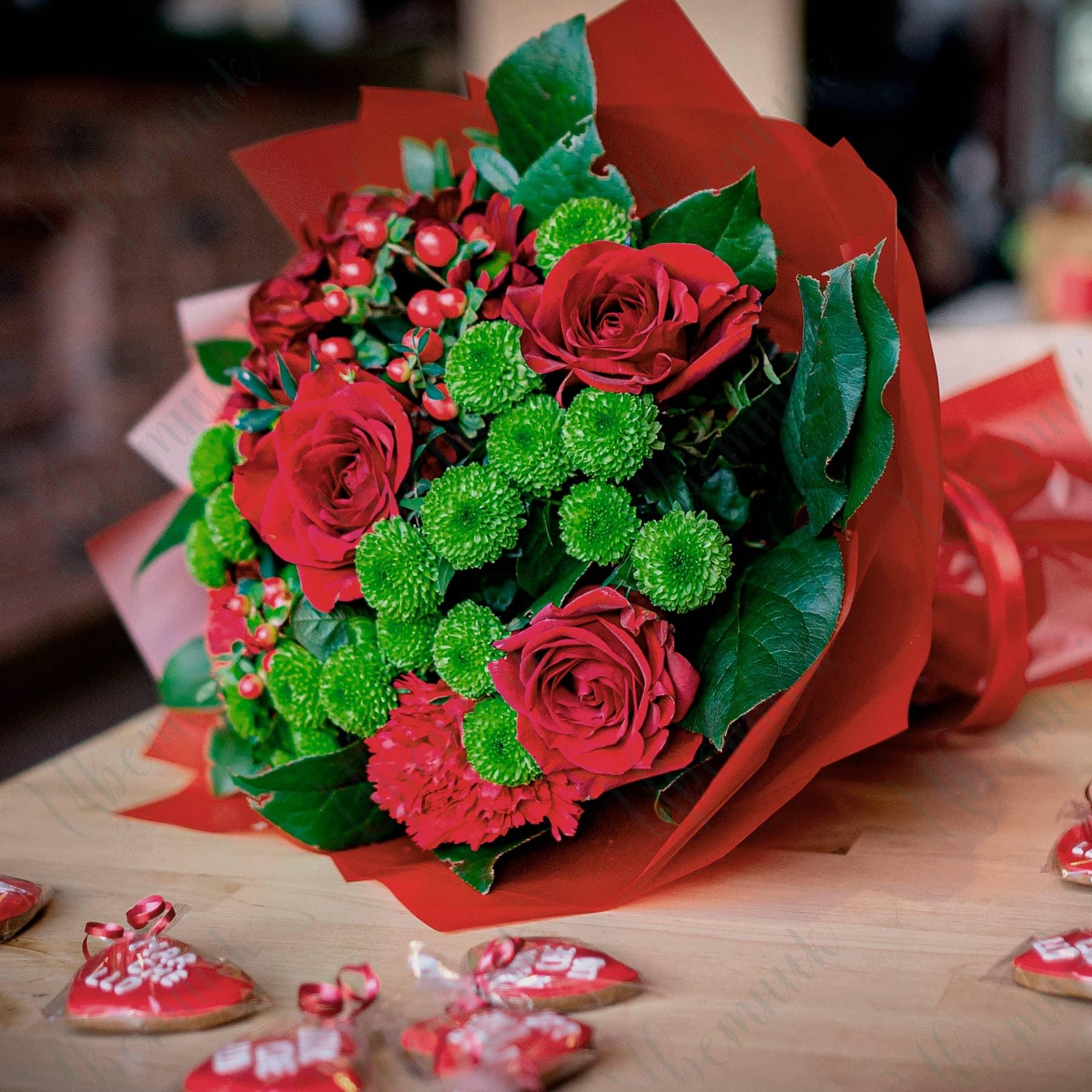 Подарочный букет из хризантем и красных роз
