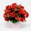 Композиция из Красных роз и гиперикума с зеленью