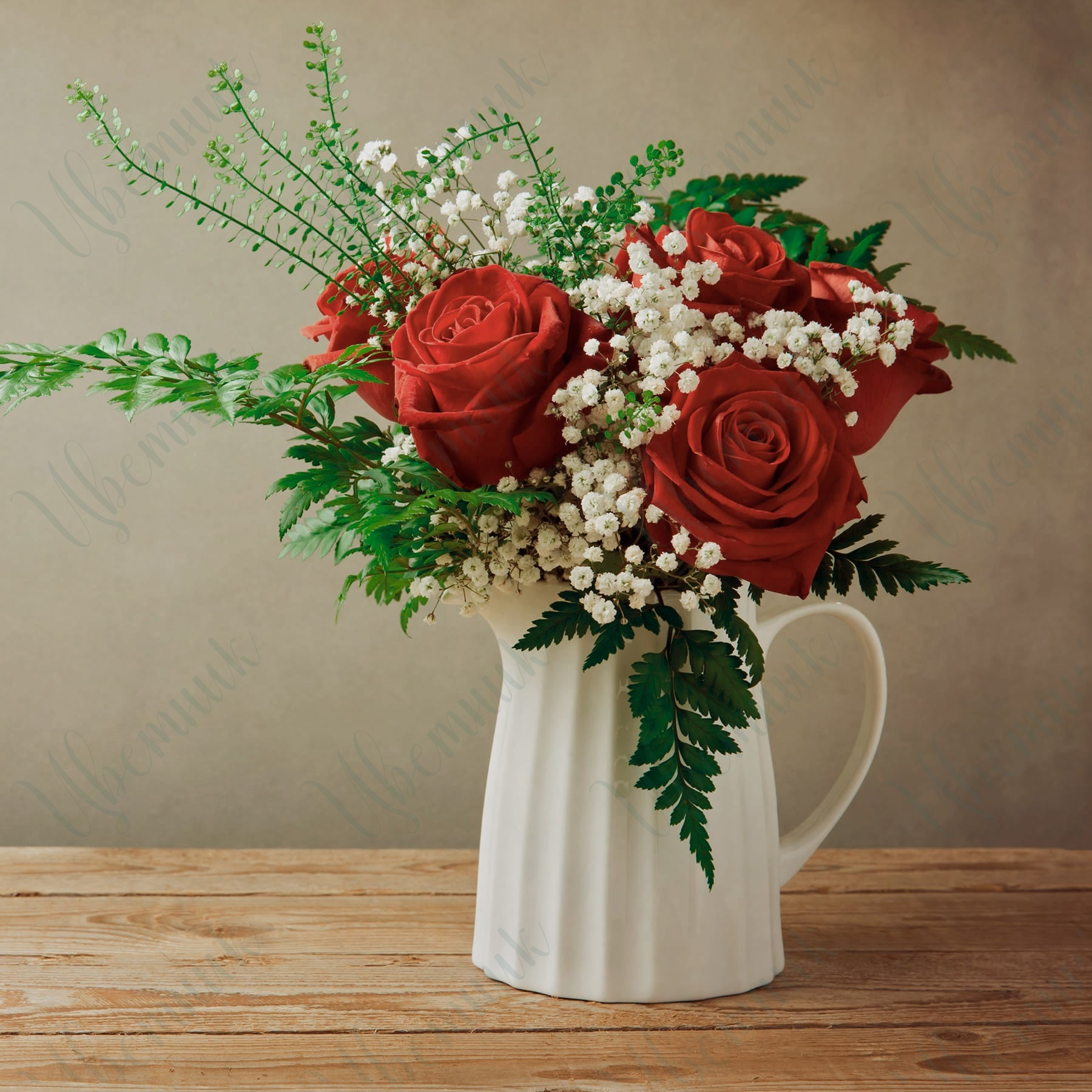 Букет-комплимент из 5 красных роз и гипсофилы с зеленью