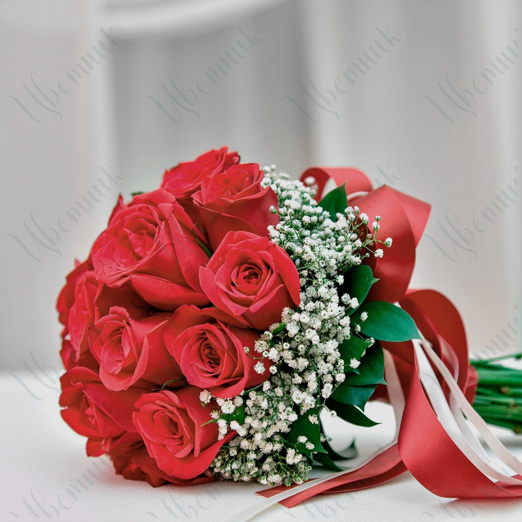 Букет невесты из роз и гипсофилы с лентами
