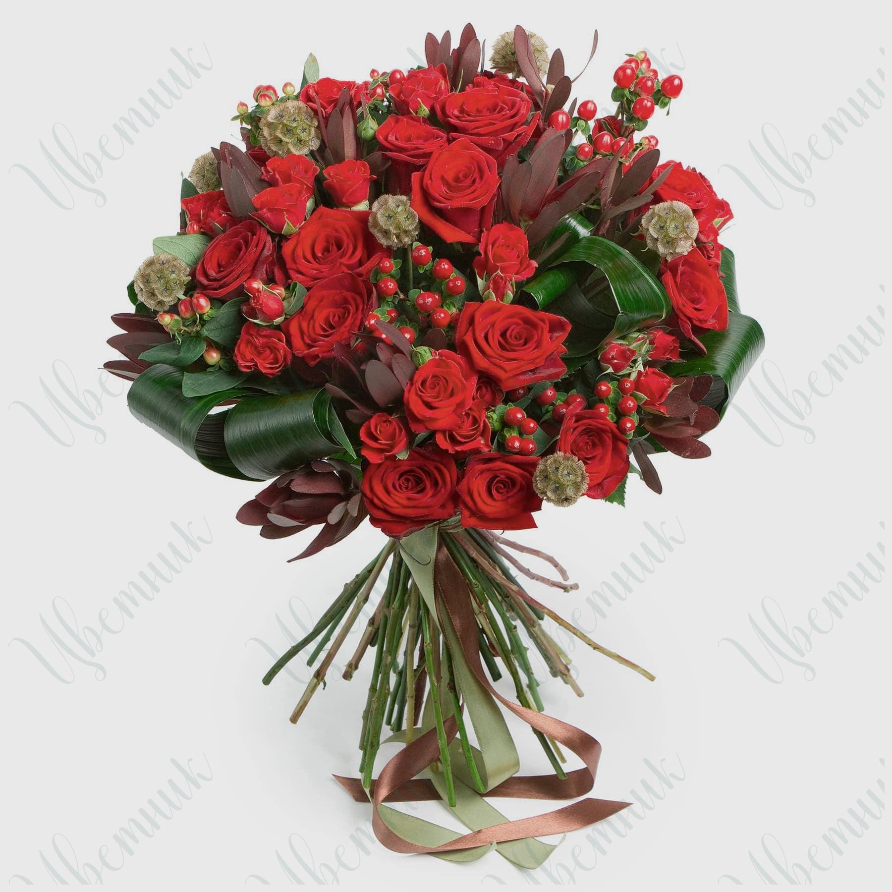 Букет с красными розами и экзотическим леукодендроном