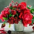 Композиция из Красных кустовых садовых роз и рубуса