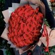 Букет из красных роз в упаковке из матовой пленки
