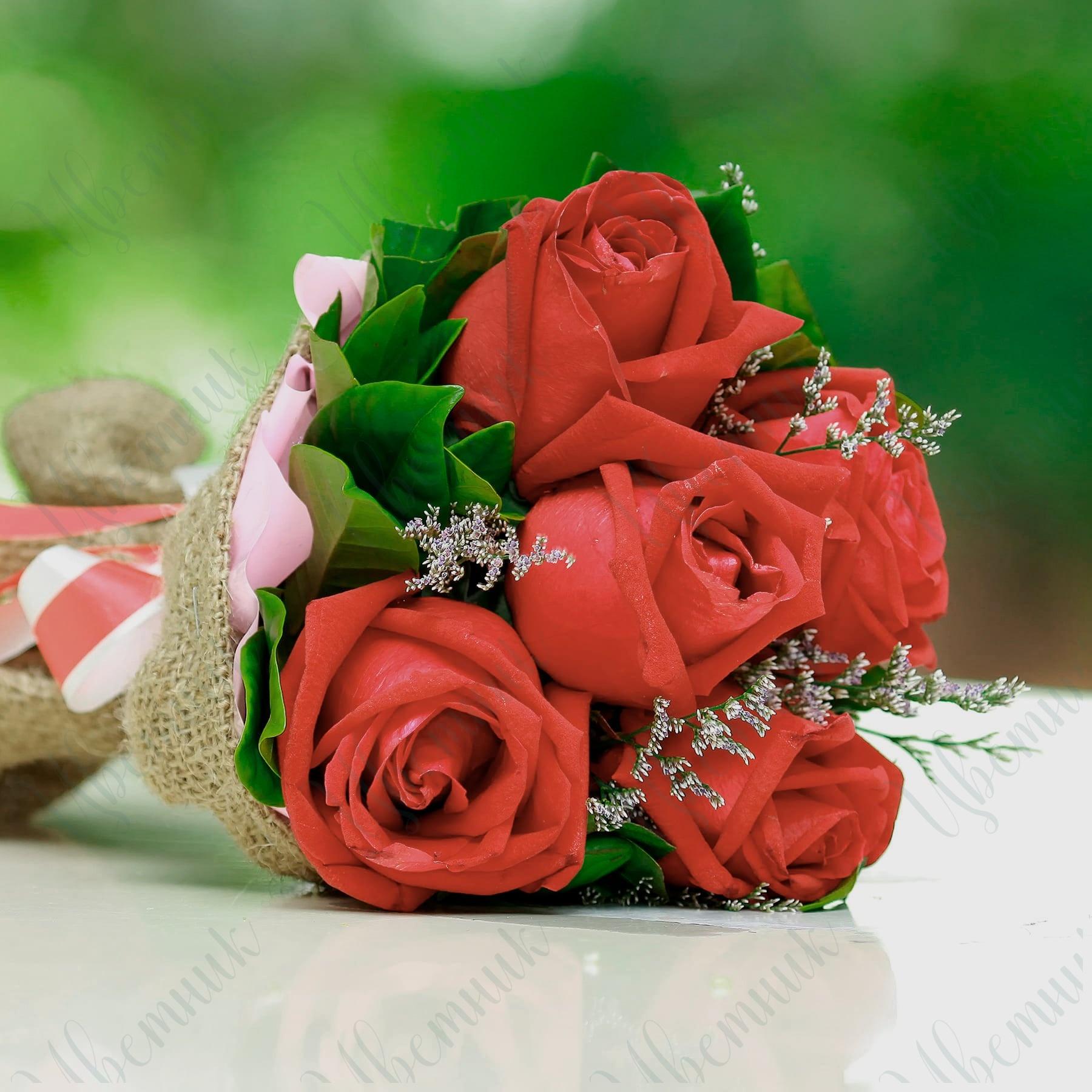 Букет из 5 роз в тканевой упаковке