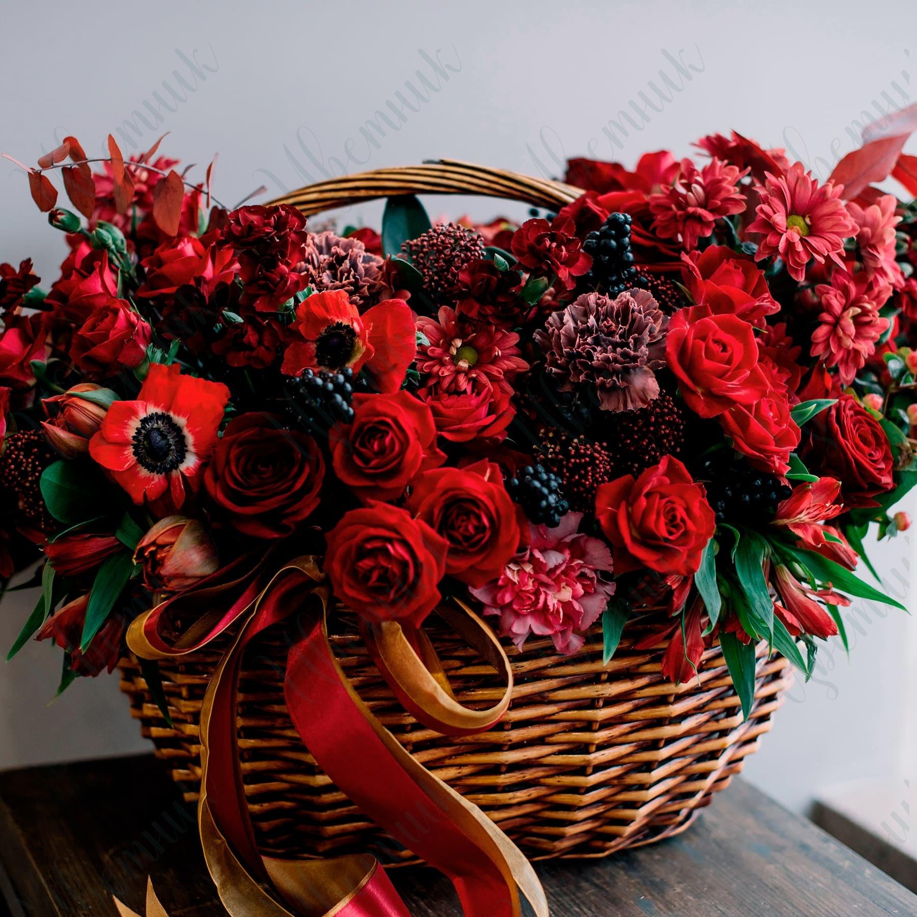 Сезонная корзина цветов «Магия красного»