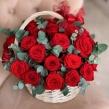 Корзинка из Красных роз с эвкалиптом