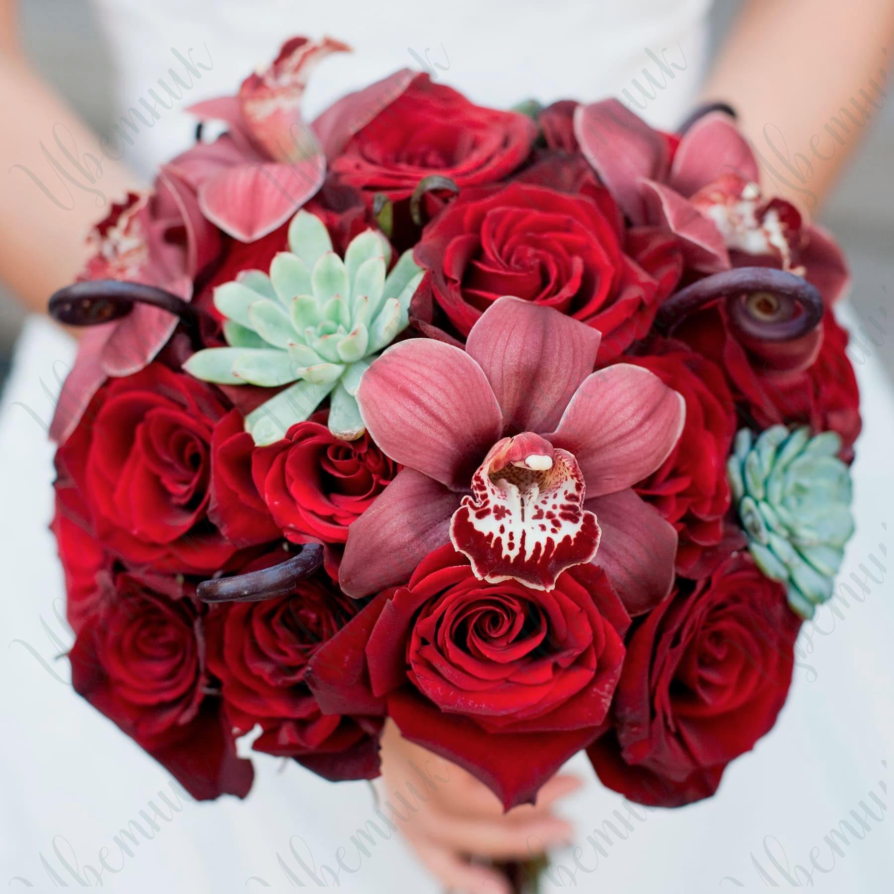 Букет невесты из Красных роз и суккулентов