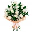 Букет из белых роз с гипсофилой и рускусом
