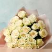 Букет из белых роз в упаковке крафт