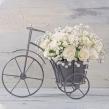 Композиция из белых роз и гипсофилы в оригинальном кашпо — велосипед
