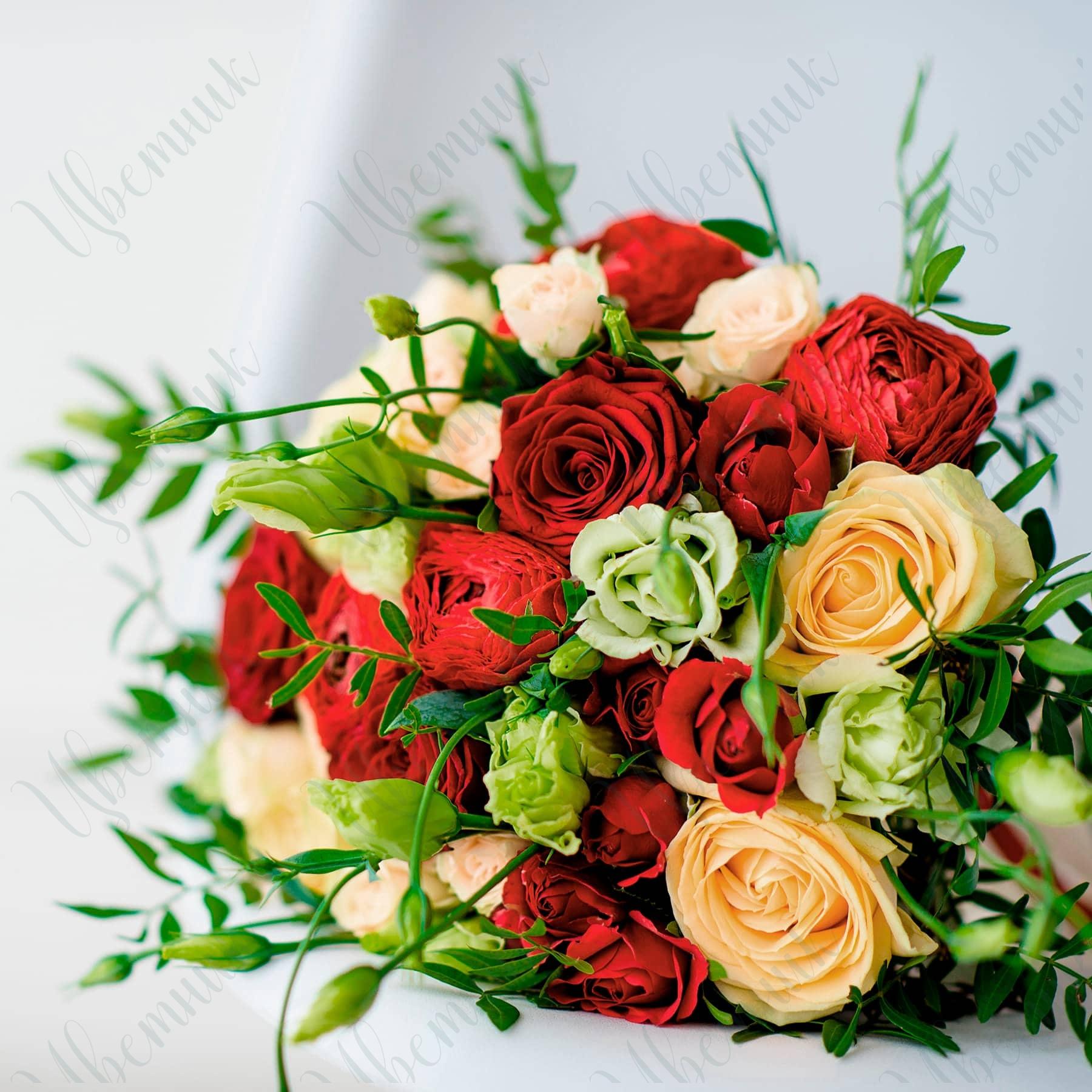 Букет из красных кустовых и кремовых роз