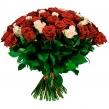 Букет из красных и кремовых роз