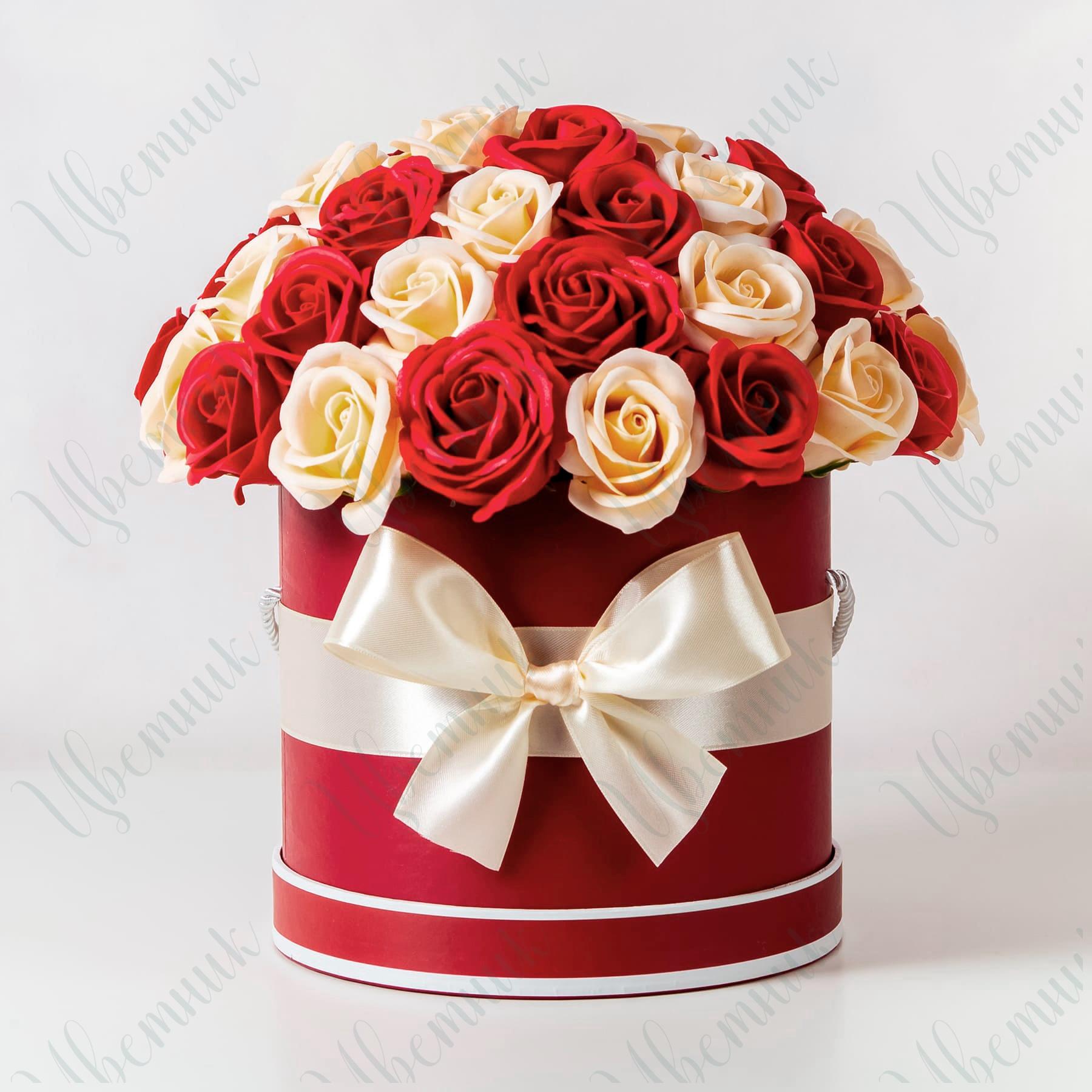 Шляпная коробка из красных и кремовых роз