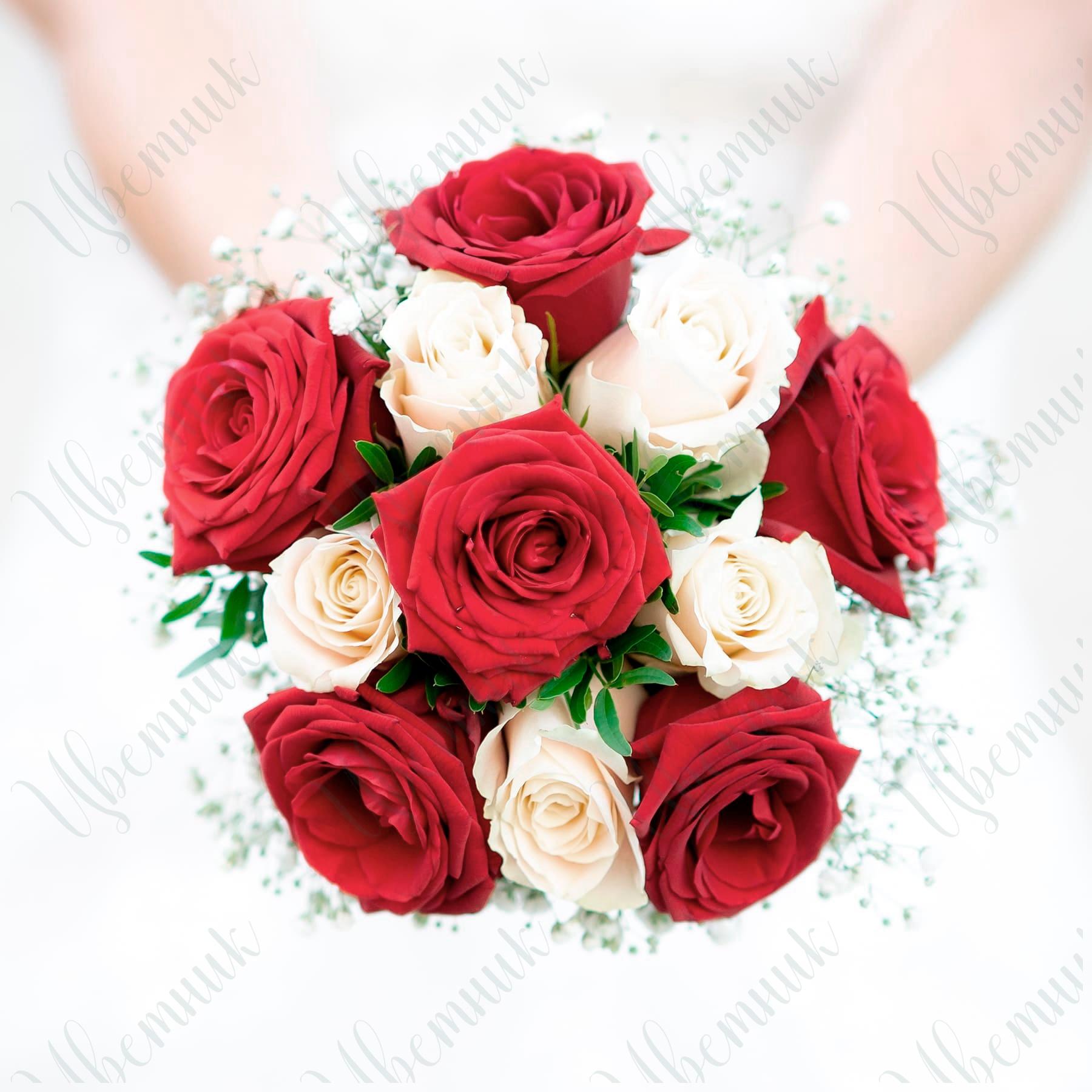Букет невесты из красных и кремовых роз