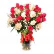 Букет из белых и красных роз и гипсофилы