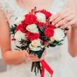 Букет невесты из белых и красных роз с гиперикумом