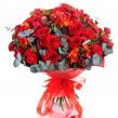 Страстный букет из роз и скимии