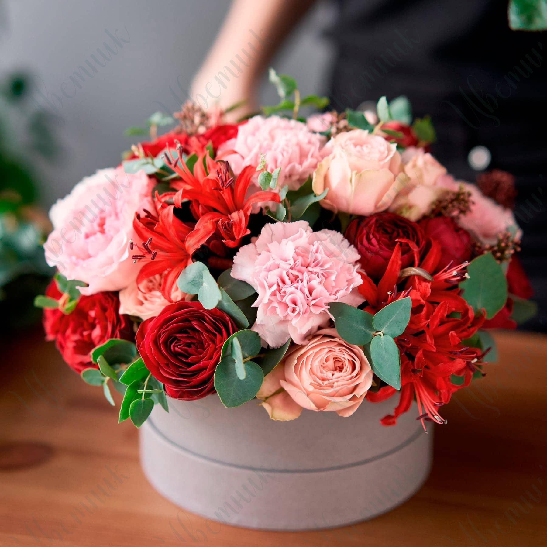 Шляпная коробка из роз, гвоздик и альстрамерии
