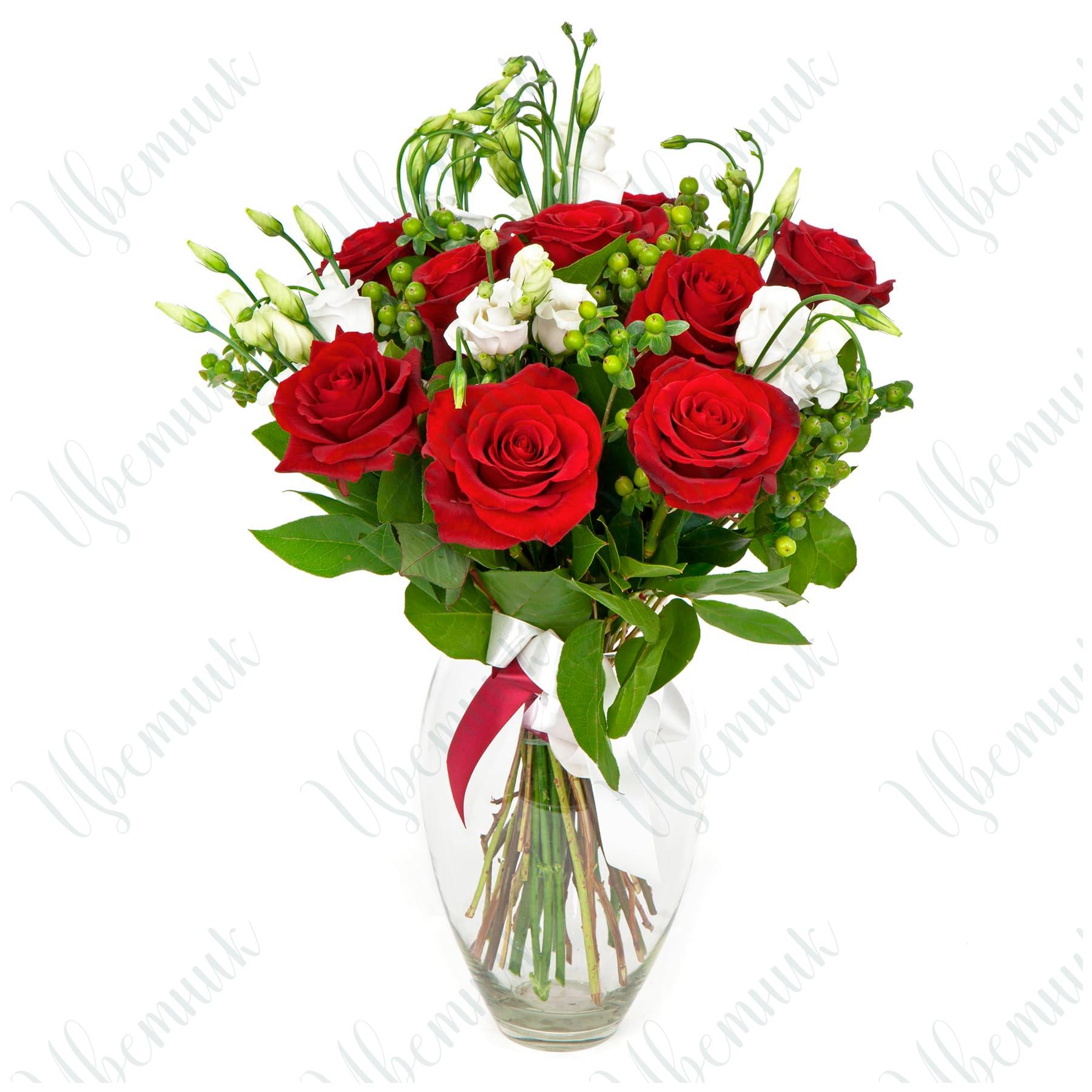 Букет из роз и эустомы с гиперикумом