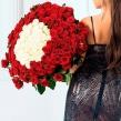 Шикарный букет из красных роз с белыми