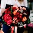 Эффектный букет с розами и гортензией