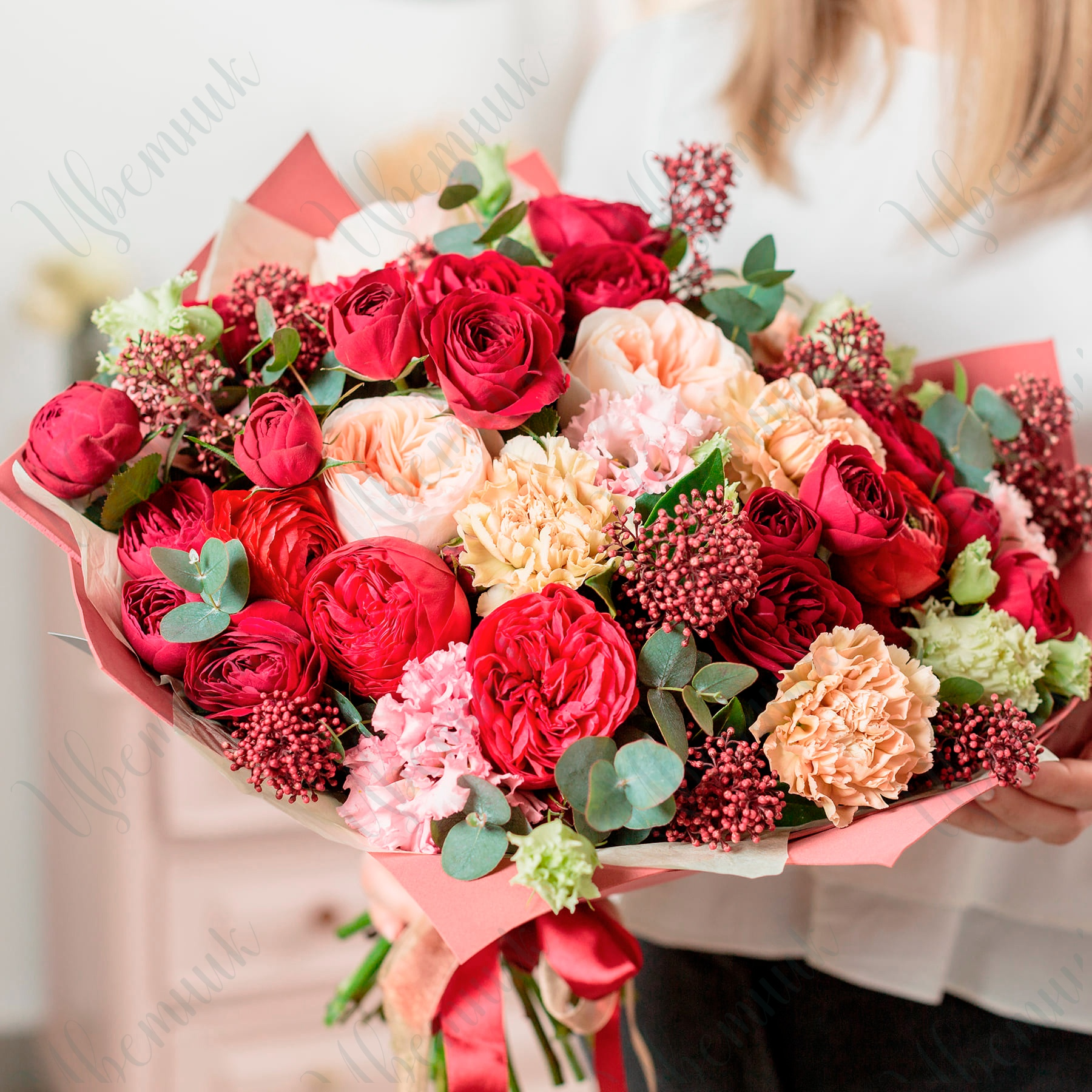 Букет из микса садовых роз, гвоздик и скимии