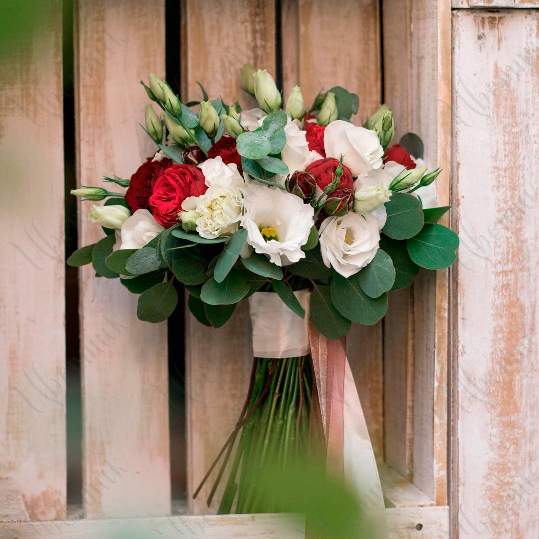 Букет невесты в садовом стиле с миксом роз и эустомой