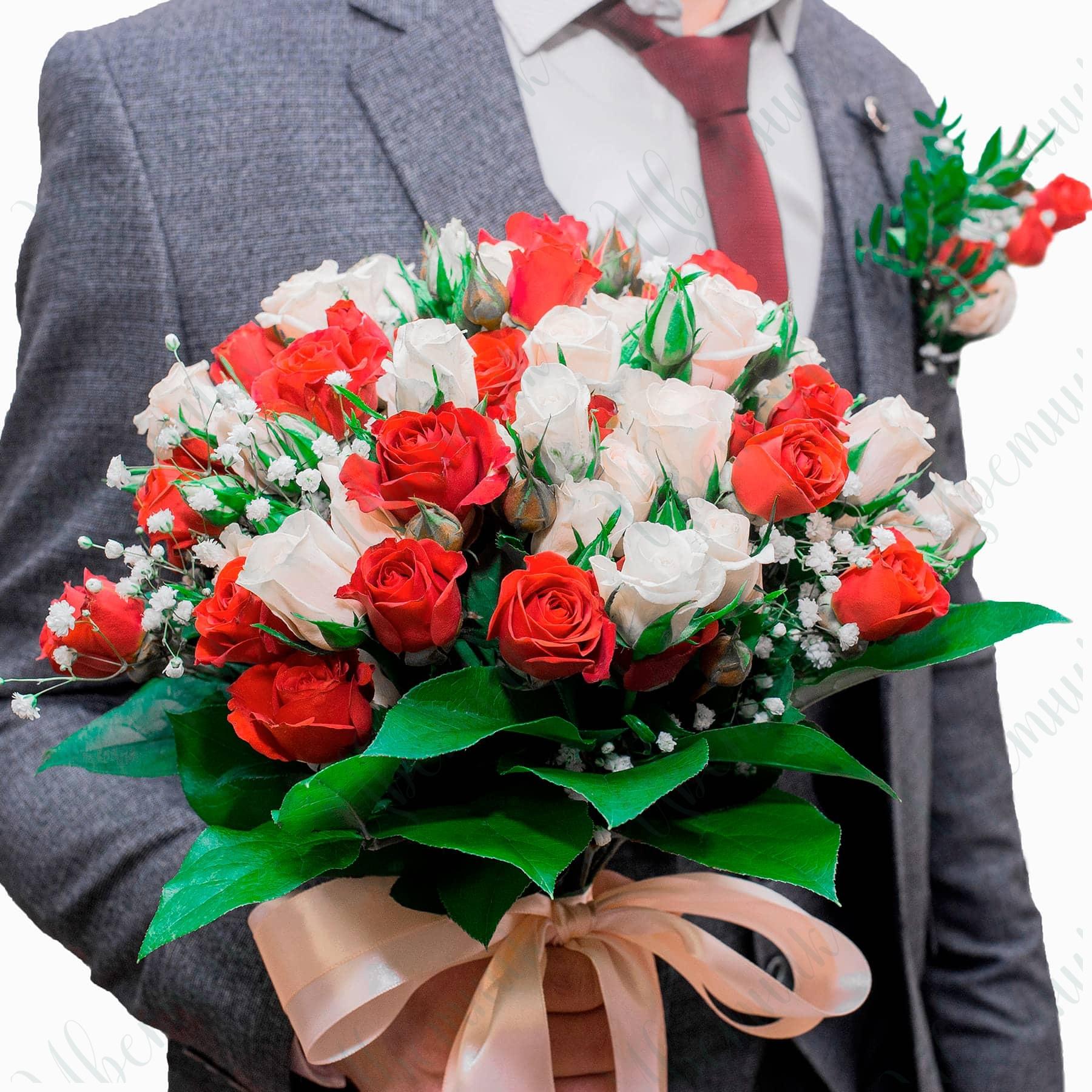 Букет из красных и белых роз с гипсофилой, высотой 50 см