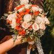 Букет невесты из кустовых кремовых и алых роз