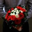 Букет из алых и белых роз
