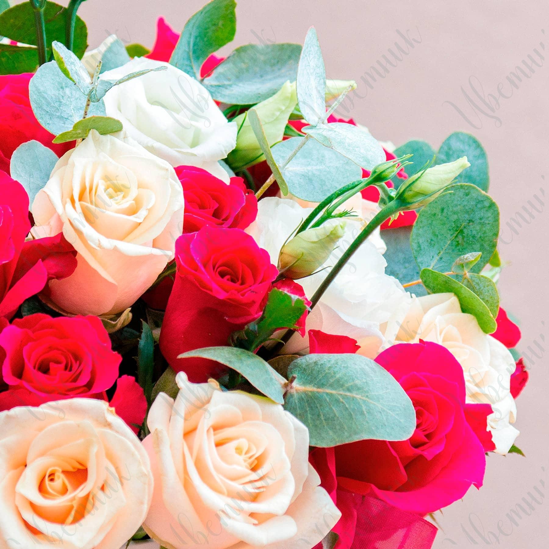 Букет из ярко-розовых и нежных роз