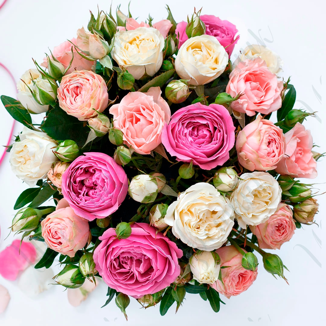 Букет из микса кустовых пионовидных роз