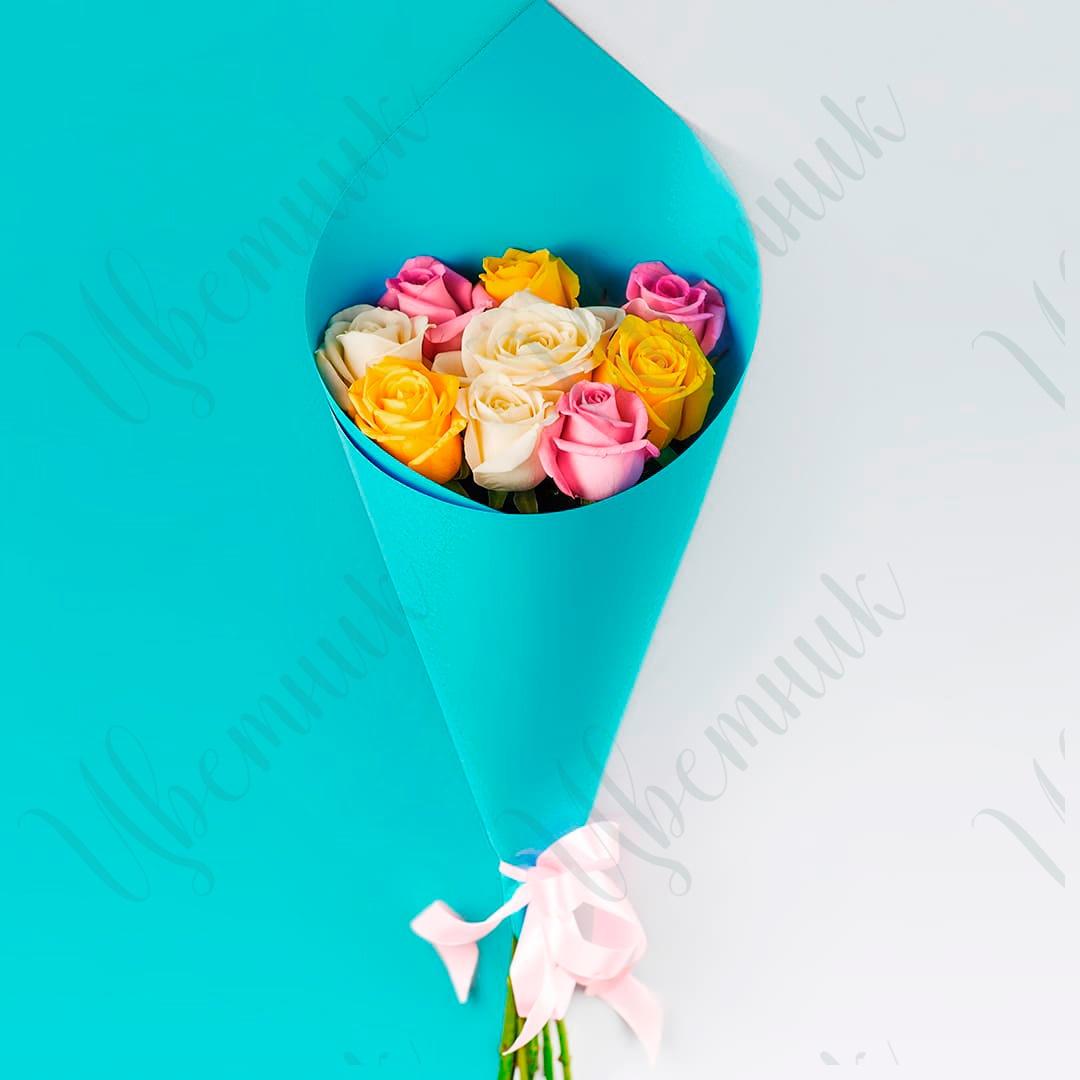 Букет из 9 разноцветных роз в стильной упаковке