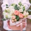 Нежная коробка с миксом кустовых пионовидных роз и эустомой