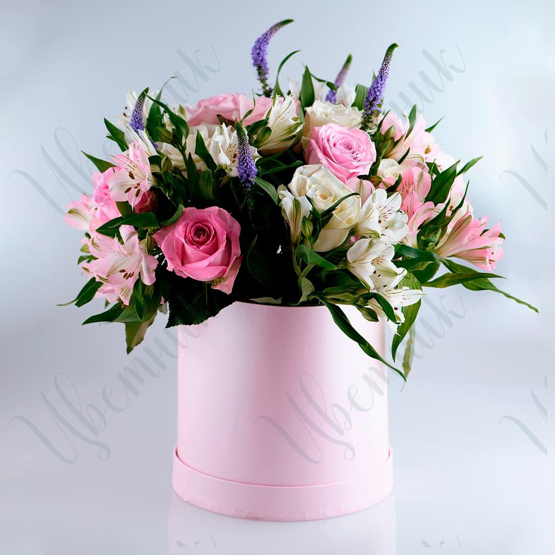 Коробка с альстромерией и миксом одноголовых роз